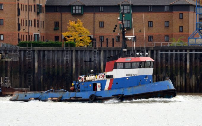 BOSS TUG in the river | Jack Willis