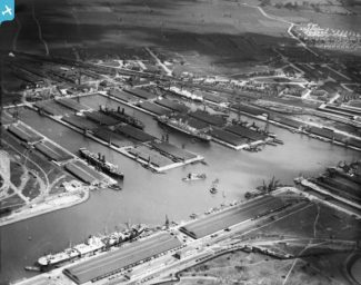 another ariel shot of the docks, circa 1920's | Britainfromabove.org.uk, c. English Heritage
