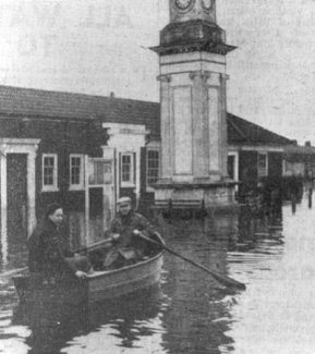 Jack Allen, who died in January 2012, aged 86, rows across the flood waters in Civic Square. | Thurrock Museum Service