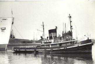 Watkins tug DHULIA on bow of ORONSAY   Jack Willis